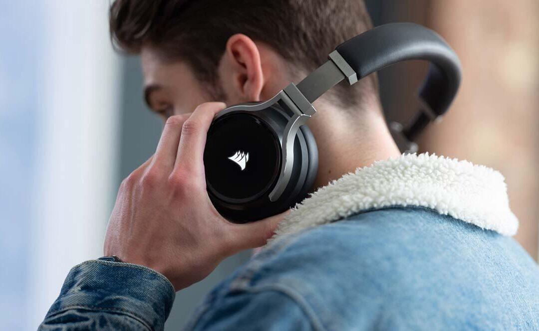 Chico con unos auriculares Corsair