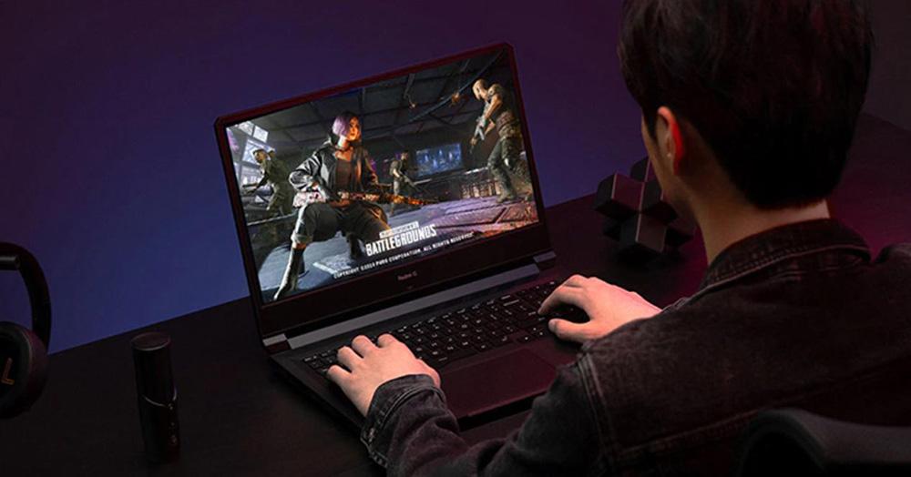 chico jugando con un portátil gaming