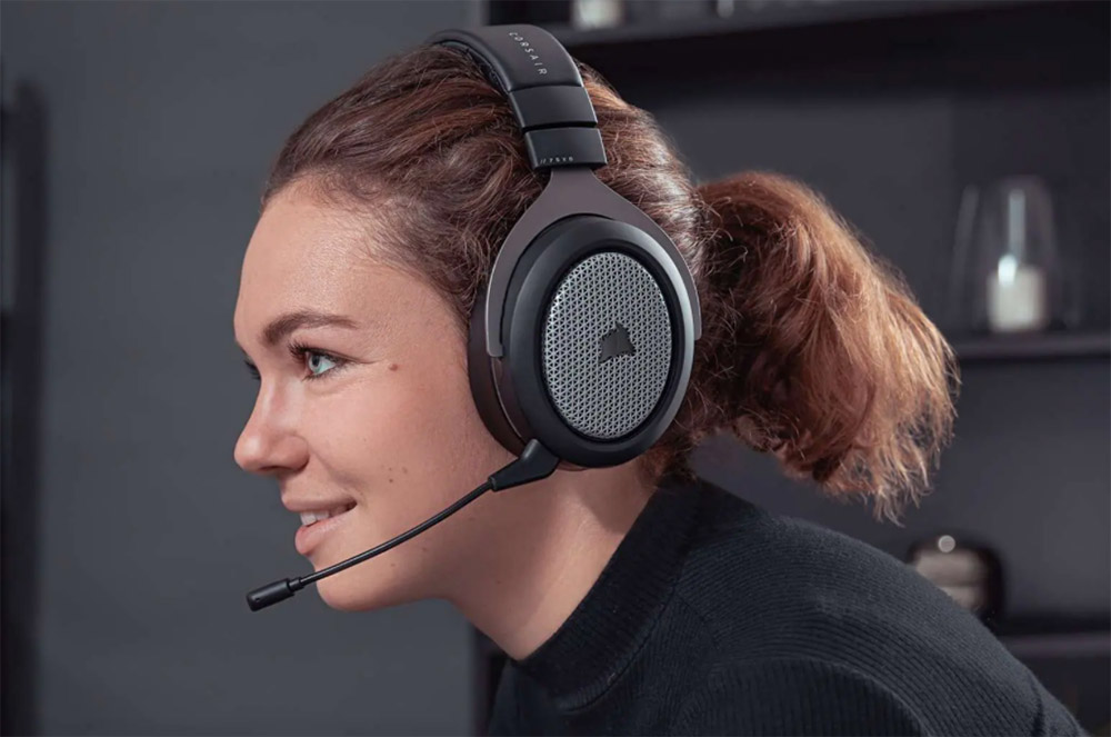 Chica gamer con auriculares
